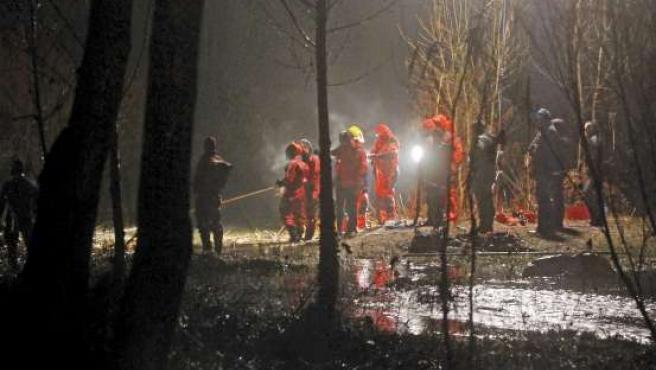 Ocho submarinistas de los Bomberos intentan llegar al coche encontrado prácticamente sumergido en el río Muga. EFE/R.T