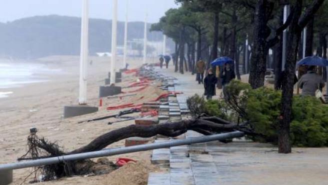 Estado en el que quedó el paseo Paseo Marítimo de Platja d'Aro (Girona), tras el temporal del fin de semana. EFE/R.T