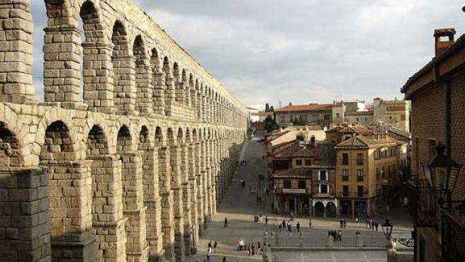 Vista lateral del Acueducto de Segovia.