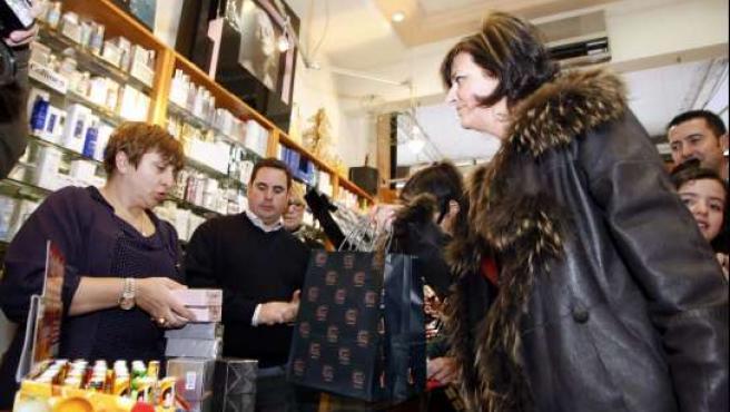 Marlene Palomo gastando el premio en un comercio.