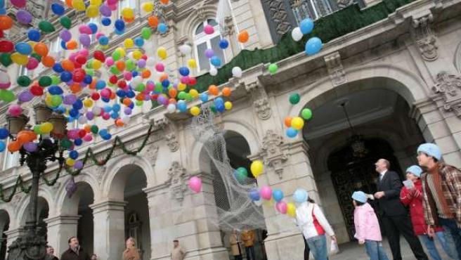 Suelta de globos en María Pita por el 800 aniversario de A Coruña.