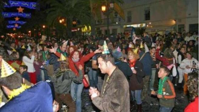 La plaza de España de Lepe, llena de personas despidiendo por adelantado el año 2008. (EFE)
