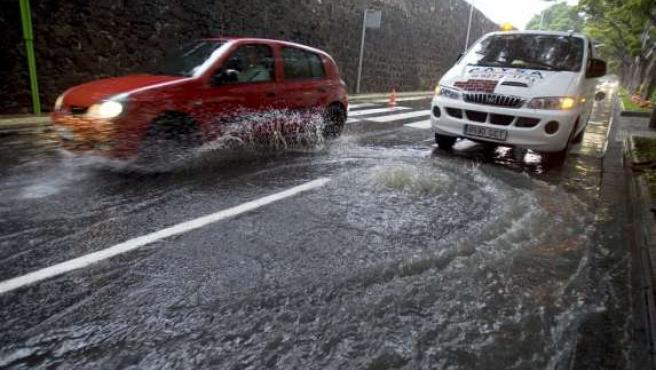 Algunas tapas de alcantarillado de Santa Cruz de Tenerife no han soportado el caudal de agua tras las intensas lluvias. (EFE)