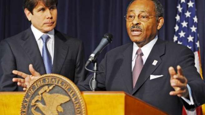El gobernador de Illinois, Rod Blagojevich (i), escucha a Roland Burris, tras presentarlo como su sucesor (EFE).