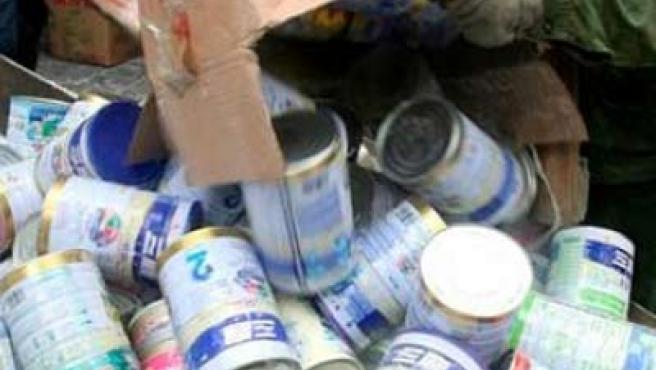 Operarios chinos se deshacen de productos infantiles contaminados con melamina.