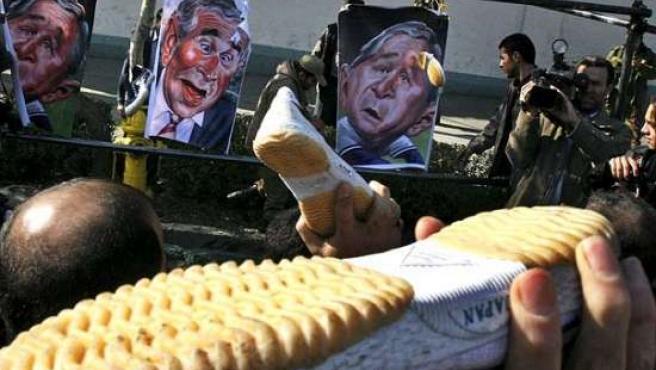 Ciudadanos iraníes lanzan zapatos contra caricaturas del presidente estadounidense, George W. Bush, en Teherán. Lanzar zapatos es una forma de protesta que se está poniendo de moda en todo el mundo.