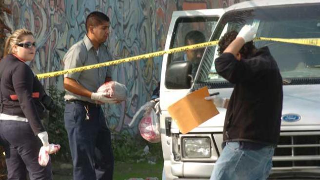 Los forenses recogen las cabezas de dos personas encontradas en una avenida de Tijuana, en Baja California (EFE).