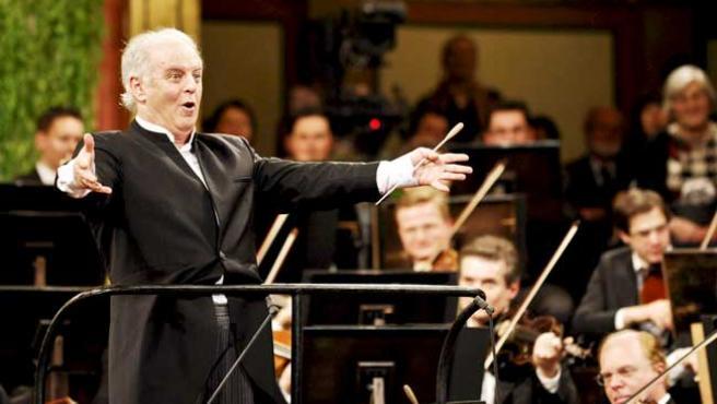 El pianista y director Daniel Barenboim, nacido en Buenos Aires, dirige a la Orquesta Filarmónica de Viena durante el tradicional Concierto de Año Nuevo en Viena, Austria. En una de las piezas, representaron la fuga de la orquesta.