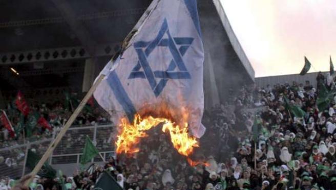 Manifestantes en Amman queman una bandera israelí.