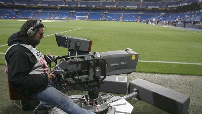 Un cámara, preparado para la transmisión televisiva. (Efe)