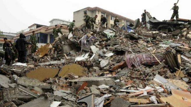 Los equipos de rescate buscan víctimas bajo los escombros de un hospital derrumbado en Dujiangyan, China (REUTERS).