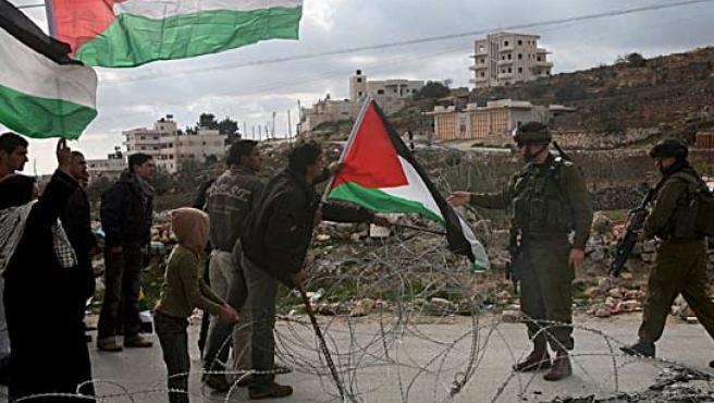 Soldados israelíes vigilan durante una protesta realizada por palestinos por los ataques en Gaza cerca de Belén. (EFE)