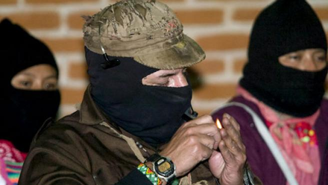 El 'subcomandante Marcos' enciende una pipa durante los actos del XV aniversario del alzamiento del EZLN. (REUTERS)