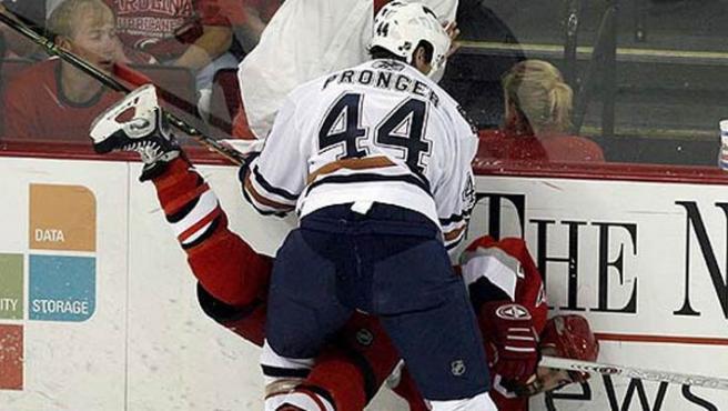 Imagen de archivo de una pelea de hockey hielo.