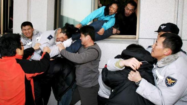 Disturbios en Seúl entre la Policía y los diputados. (EFE)