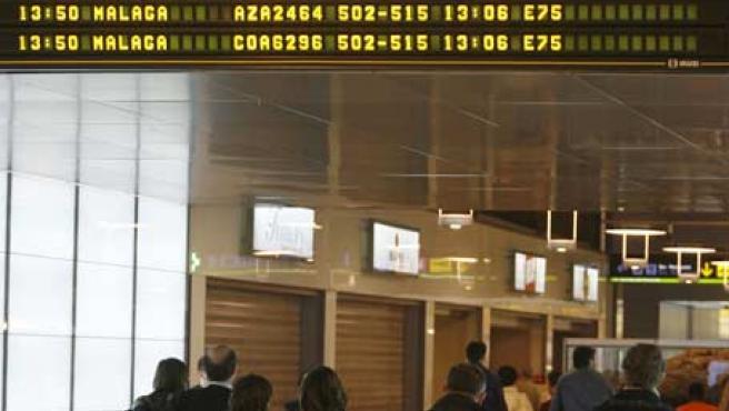 Panel informando de retrasos este sábado en Barajas. (EFE)