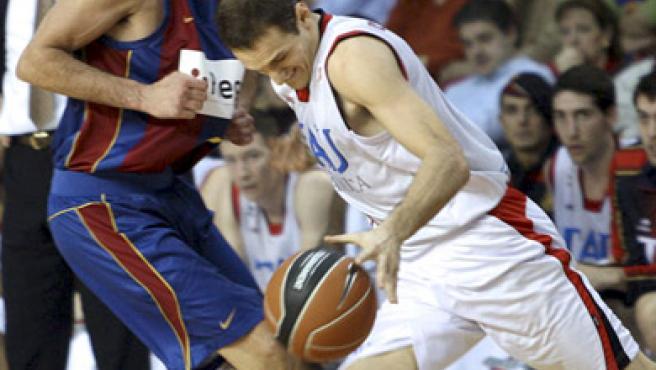 Igor Rakocevic, escolta del Tau, bota el balón defendido por Juan Carlos Navarro, del Barcelona.