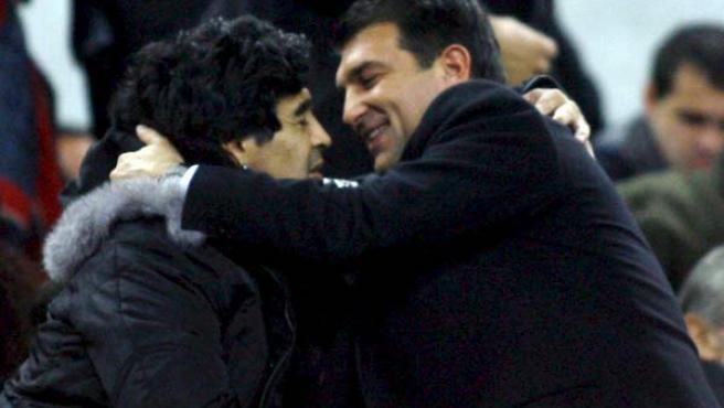 Maradona y Laporta se saludan efusivamente en el palco del Camp Nou.