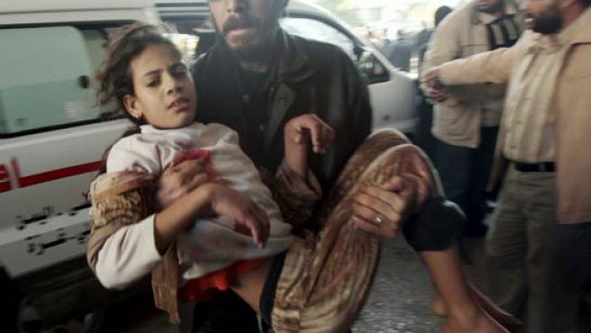 Una niña palestina herida es trasladada a un hospital tras uno de los ataques israelíes en Gaza. (REUTERS).
