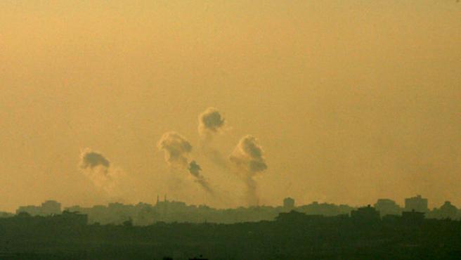 Varias columnas de humo ascienden en el norte de la franja de Gaza el 6 de enero de 2009 como resultado de un ataque. Pavel Wolberg/EFE