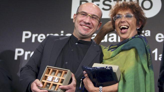 Maruja Torres posa junto al también periodista Gaspar Hernández tras ganar la 65º edición del Premio Nadal y el 41 Premio Josep Pla de narrativa.