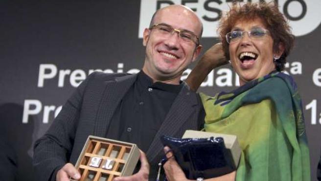 La escritora Maruja Torres posa junto al también periodista Gaspar Hernández. EFE/ALBERTO ESTÉVEZ