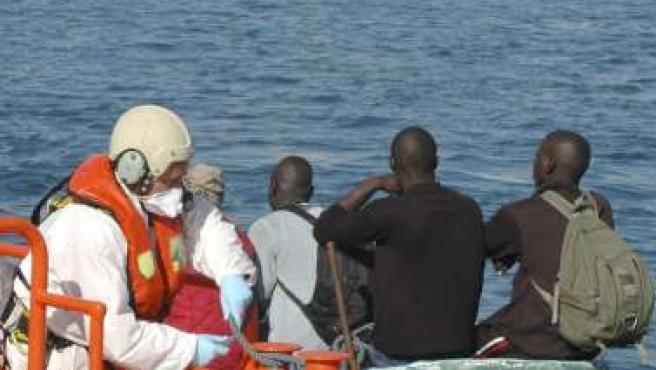 Cayuco con 56 personas a bordo que desembarcó en la costa de Argunieguín (Las Palmas) el pasado 3 de enero. EFE / MARÍA BLÁNQUEZ