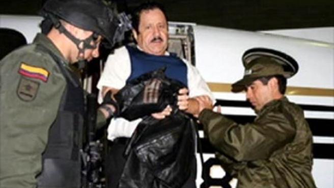 Leónidas Vargas Vargas, bajando de un avión escoltado por policías colombianos. (Imagen: CNN+)