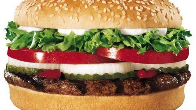 Primer plano de una hamburguesa.
