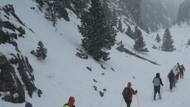Un grupo de jóvenes avanza entre la nieve.