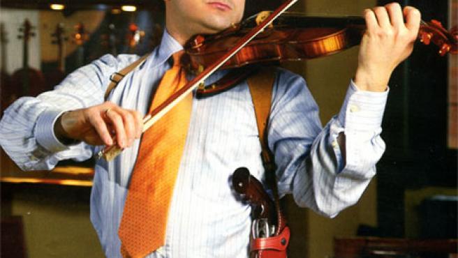 Matteo Fedeli luce violín y pistola (Fuente: Vittoriociurlia.com)
