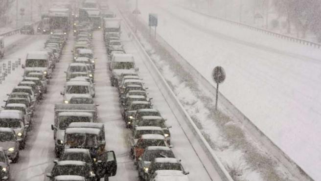 Varios vehículos retenidos en la carretera de circunvalación M-40. (EFE)