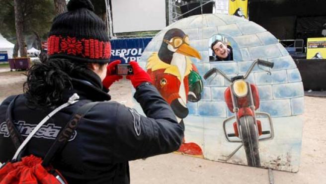 Unos aficionados se fotografían en la nueva sede de Pingüinos.