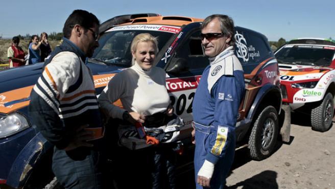 El piloto qatarí Nasser Al Attiyah y su compañera sueca Tina Thorner conversan con el español Carlos Sainz en la edición del Dakar 2009.