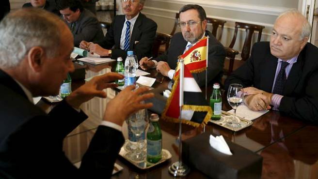 El ministro español de Asuntos Exteriores, Miguel Ángel Moratinos, habla con su homólogo egipcio, Ahmed Abul Gheit. (Asmaa Waguih / Reuters).