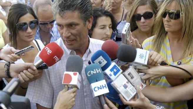 Juan Cortés, el abuelo de Mari Luz Cortés durante la concentración organizada en el barrio del Torrejón. (FOTO: EFE)