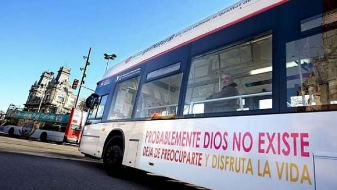 La polémica publicidad sobre la existencia de Dios, en un autobús. (ARCHIVO)