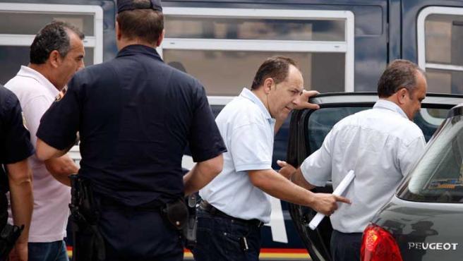 Varios imputados por cohecho y corrupción urbanística, a la salida de los juzgados.