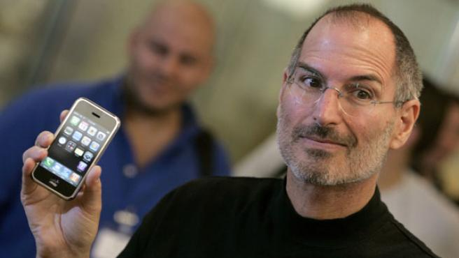 Steve Jobs muestra el iPhone.