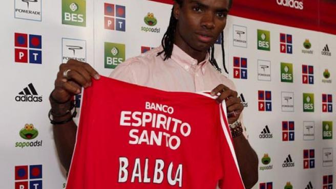Balboa posa con la camiseta del Benfica. (EFE)
