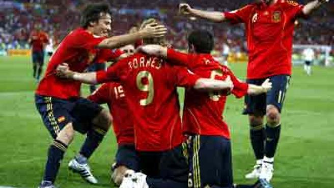 Los jugadores de la selección española se abrazan en torno a Fernando Torres.