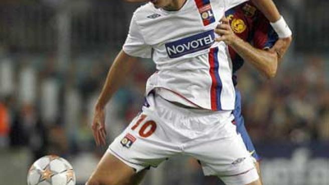 Benzema, con su equipo, el Lyon, en un partido contra el Barça (Archivo).