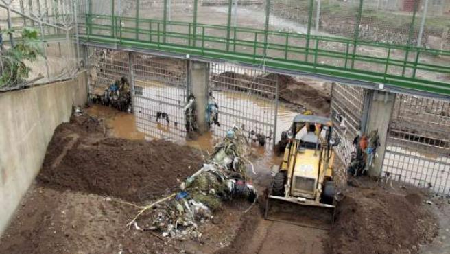 Una excavadora trabaja en la compuerta de la valla fronteriza de Melilla por donde accedieron decenas de inmigrantes.