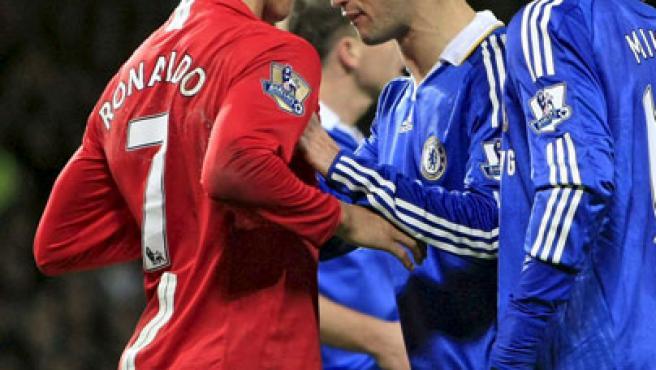 Cristiano Ronaldo se encara con Ricardo Carvalho en el Manchester United - Chelsea.