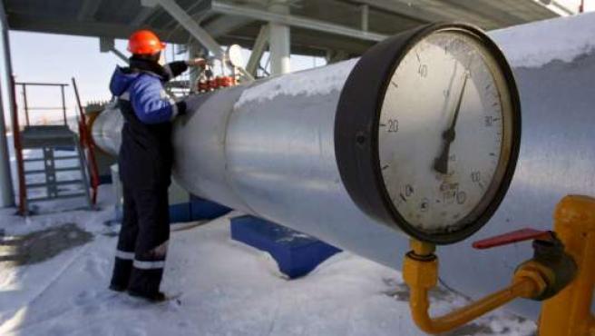 Un empleado de Gazprom trabaja en la estación de medición de gas de Studzha.
