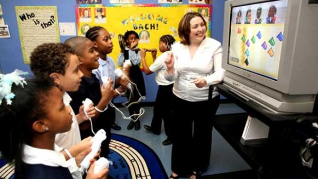 Una profesora juega con su alumnos al 'Wii Music'.