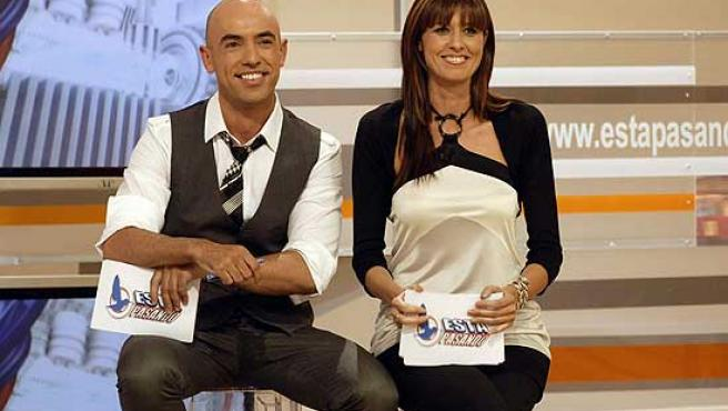 Emilio Pineda y Lucía Riaño, actuales presentadores de 'Está Pasando'.