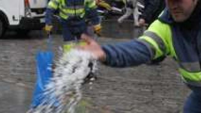 Un operario echa sal en la Fuente de Isabel La Católica.