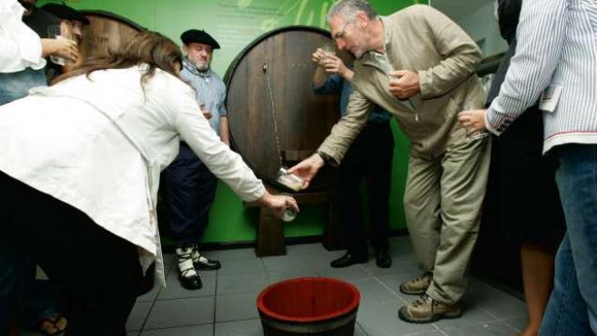 El tradicional 'txotx' de Astigarraga abre la temporada de sidrerías.