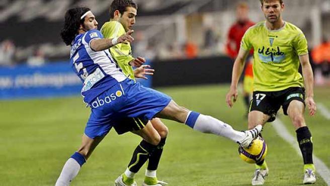 Sergio Sánchez, del Espanyol, y Antoñito, del Poli, disputan el balón en Montjuïc.